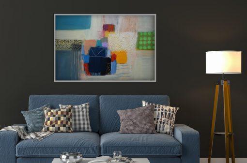 Apstraktna slika Ajdinović veliki format u modernom interijeru iznsd plsvog kauča