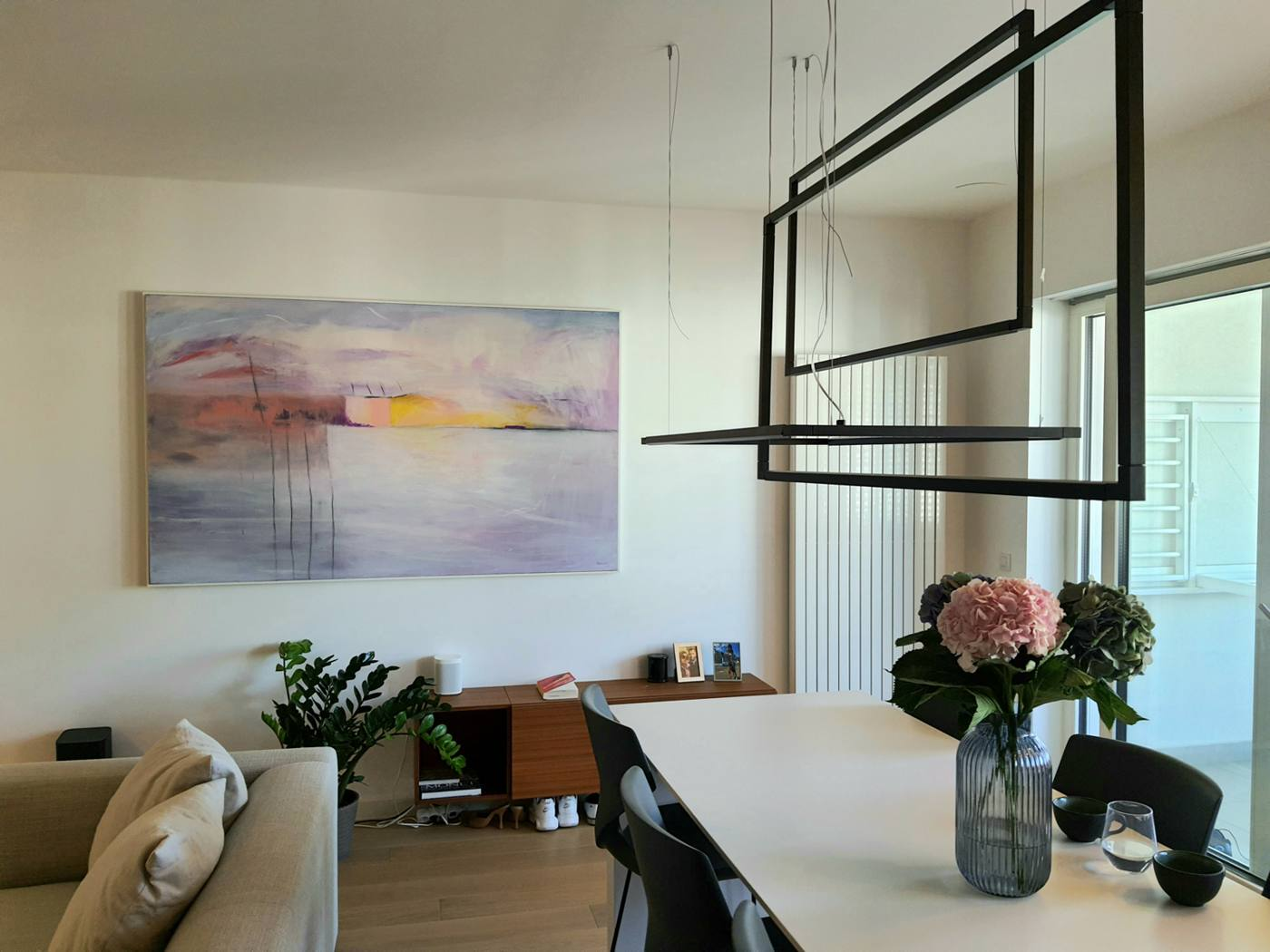 Pogled na veliku sliku na platnu iz kuhinje u modernom stanu u Zagrebu