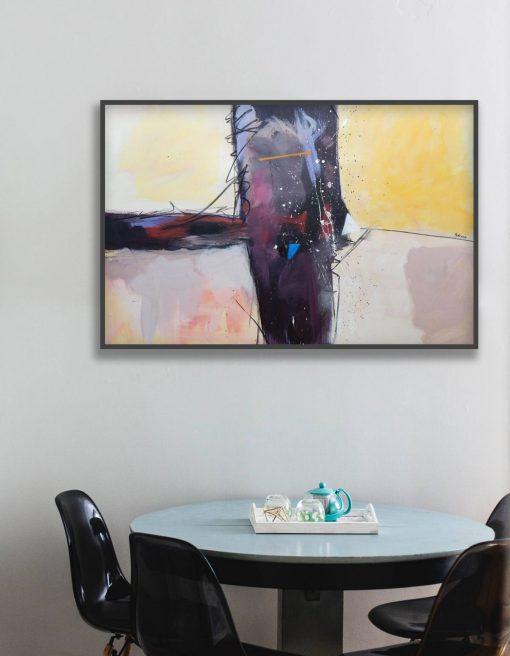 moderna slika apstrakcija na zidu iznad stola u blagavaoni
