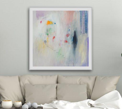 apstraktna moderna slika u modernističkom interijeru iznad sofe