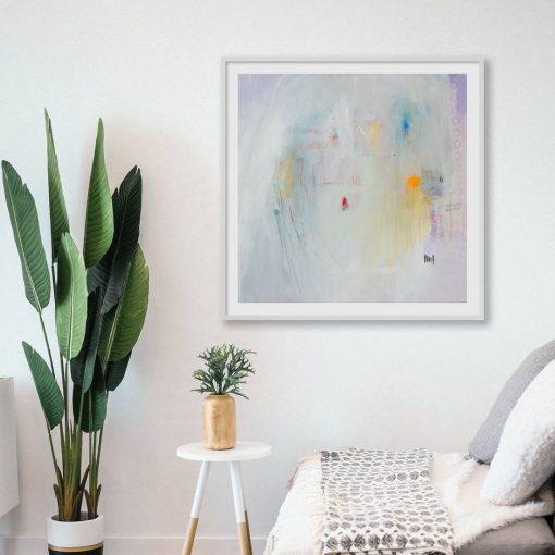 Modernistička slika velikog formata iznad sofe i pokraj biljke