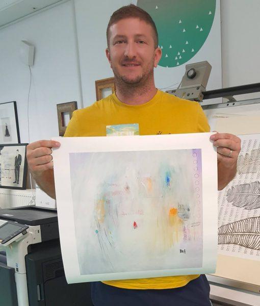 Ajdinović ranko drži u rukama modernističku sliku